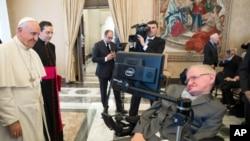 Paus Fransiskus menyambut fisikawan Stephen Hawking dalam pertemuan ilmiah di Vatikan, 28 November 2016. Hawking wafat pada usia 76 tahun pada Selasa, 13 Maret 2018.