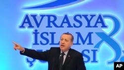 Turkiya Bosh vaziri Rajab Toyyib Erdog'an Yevropa va Osiyo musulmon yetakchilari anjumanida nutq so'zlamoqda, Istanbul, 19-noyabr, 2012-yil.