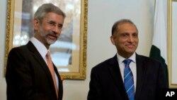 Menlu India Subrahmanyan Jaishankar (kiri) bersama Menlu Pakistan Aizaz Chaudhry dalam pembicaraan di Islamabad, Pakistan, Selasa (3/3).
