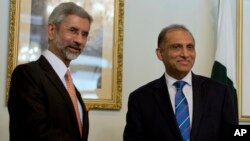 Menlu India Subrahmanyan Jaishankar (kiri) bersama Menlu Pakistan Aizaz Chaudhry di Islamabad, Pakistan (3/3).