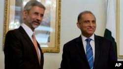 印度外交国务秘书苏杰生(左)和巴基斯坦外交秘书乔杜里握手