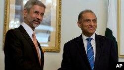 3일 파키스탄 이슬라마바드에서 수브라마니얀 자이샨카르 인도 외무장관(왼쪽)과 아이자즈 차우드흐리 파키스탄 외무장관이 회담에 앞서 악수하고 있다.