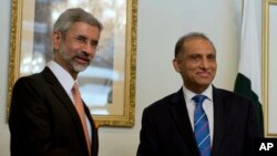 Indian Foreign Secretary Subrahmanyan Jaishankar, left, meets with his Pakistani counterpart Aizaz Chaudhry at the foreign ministry in Islamabad, Pakistan, March 3, 2015.