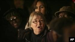 Lynne Stewart sesaat sebelum menyerahkan diri di depan pengadilan Manhattan, New York (Foto: dok).