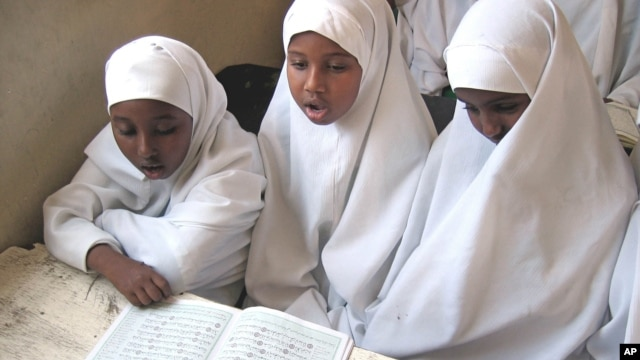 Students read the Koran during class at a primary school in Hargeisa, Somaliland, Sept. 25, 2006.