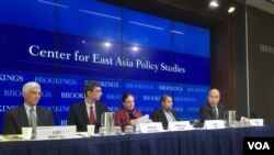 អ្នកជំនាញខាងប្រទេសមីយ៉ាន់ម៉ាពិភាក្សាពីទស្សនវិស័យរបស់ប្រទេសនេះ ក្រោយការបោះឆ្នោតឆ្នាំ២០១៥ដែលគណបក្សប្រឆាំងរបស់លោកស្រី Aung San Suu Kyi បានទទួលជ័យជំនះភ្លូកទឹកភ្លូកដី នៅវិទ្យាស្ថាន Brookings នៅរដ្ឋធានីវ៉ាស៊ីនតោនកាលពីថ្ងៃសុក្រ ទី២០ ខែវិច្ឆិកា ឆ្នាំ២០១៥។ (ស៊ឹង សុផាត/VOA Khmer)