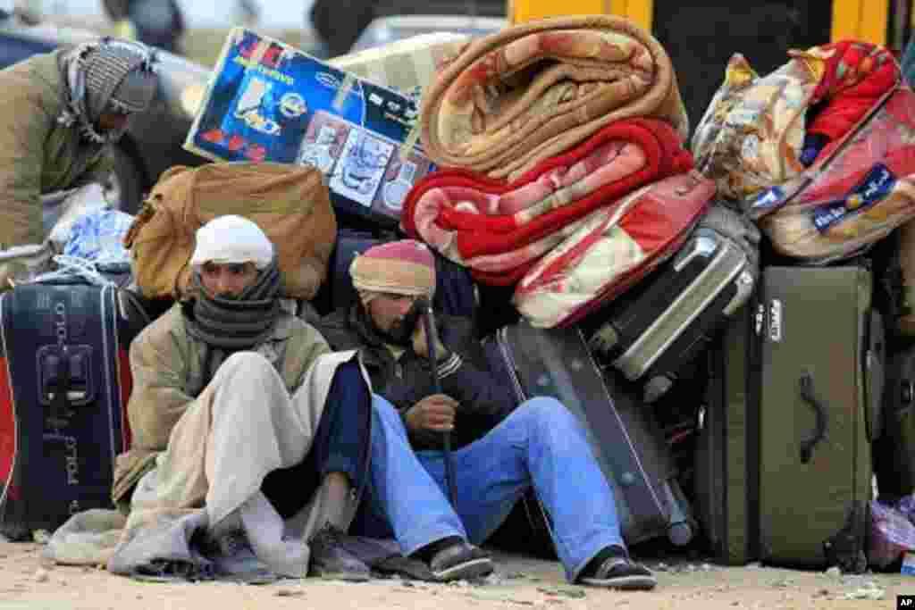 Qaar ka tirsan Dad u dhashay dalka Masar oo ka soo qaxay qalalaasaha dalka Liibiya, February 28, 2011