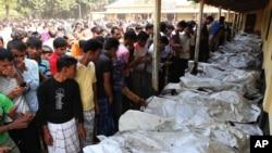 Thân nhân nhận diện người thân thiệt mạng trong vụ hỏa hoạn tại khu vực Savar ở Dhaka, ngày 25/11/2012.