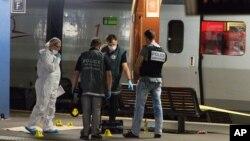 Сотрудники полиции работают на платформе возле поезда. Франция, 21 августа 2015 г.