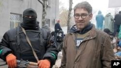 Foto tomada el 13 de abril del periodista estadounidense Simon Ostrovsky, que aparece junto a un militante prorruso.