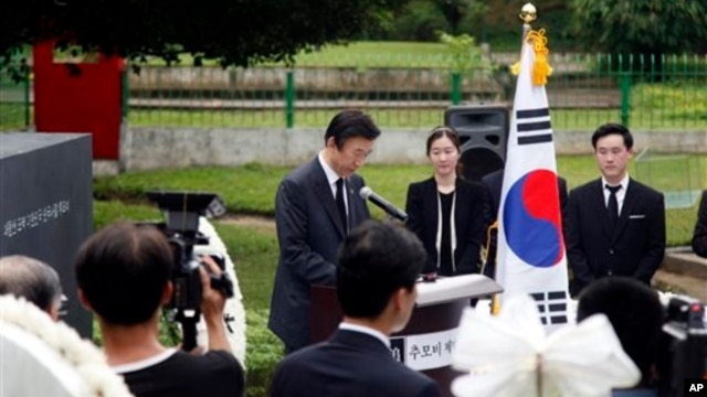 South Korean Foreign Minister Yun Byung-se speaks during unveiling of memorial monument, Rangoon, June 6, 2014.