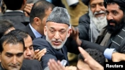 Afg'oniston prezidenti Hamid Karzay Loya Jirg'a masjlini tark etmoqda, Kobul, 24-noyabr, 2013-yil