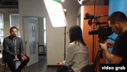 Saša Mirčov, šef tima za operacije u kompaniji Ad Colony tokom intervjua za Glas Amerike