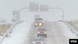 Las condiciones climáticas han puesto a las cuadrillas de trabajadores de caminos en alerta y han provocado que los automovilistas busquen refugio.