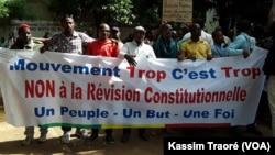 Des manifestants, membres de Trop, c'est trop protestent contre le référendum sur la Constitution du 9 juillet, à Bamako, le 8 juin 2017. (VOA Kassim Traore)
