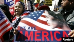 Imigranti u Njujorku nose transparent na kojem piše: Mi smo Amerika