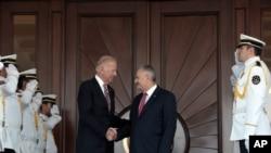 美国副总统拜登访问安卡拉,与土耳其总理耶尔德勒姆握手。(2016年8月24日)