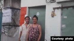Vợ chồng ông Võ Văn Đậm và bà Nguyễn Quỳnh Giao trước căn phòng trọ ở Đức Hòa, Long An.