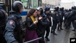Policajci hapse jednu ženu na glavnoj ulici u Moskvi, 2. april, 2017.