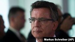"""Almanya İçişleri Bakanı Thomas de Maizere, """"Ankara, insani açıdan kayda değer önemli işler yaptı ve Suriye'deki savaştan kaçan 2,5 milyon sığınmacıya kapılarını açtı. Bu tutum eleştiriyi değil övgüyü hak ediyor"""" diye konuştu"""