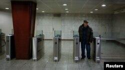 Seorang pria keluar dari stasiun kereta api saat berlangsungnya mogok kerja selama 24 jam di Athena, Yunani, 12 Januari 2018.