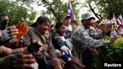 2013年11月30日反对派在政府办公室外推倒防栅