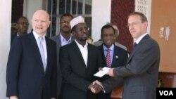 Presiden Somalia Sharif Sheik Ahmed, tengah, menerima surat kepercayaan Duta Besar Inggeris untuk Somalia, Matt Baugh, kanan, di istana preesiden di Mogadishu, disaksikan Menteri Luar Negeri Inggeris William Hague (Kamis, 2/2).