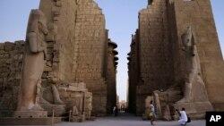 Kuil Karnak kuno di kota wisata Luxor, Mesir selatan yang menjadi salah satu tujuan kunjungan wisatawan (foto: dok).