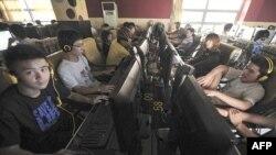 Dân chúng sử dụng computer tại một quán cà phê internet trong thành phố Hợp Phì, tỉnh Anh Huy, Trung Quốc
