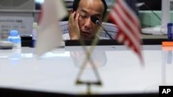 8月8日东京货币市场的一名交易员