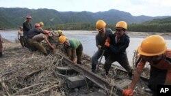 지난해 9월 북한 함경북도에 내린 홍수로 신전역과 간평역 사이 철로가 파손되어 보수 공사를 하고 있다.