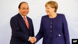 """Phía Đức cho rằng Việt Nam đã """"bội tín"""". Trong ảnh là Thủ tướng Việt Nam và Đức gặp nhau tại hội nghị thượng đỉnh G20 hôm 6/7. Phía Đức tiết lộ rằng Hà Nội đã đưa đề nghị dẫn độ ông Thanh về nước trong lần gặp mặt này."""
