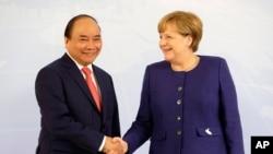 """Thủ tướng Việt Nam Nguyễn Xuân Phúc được cho là đã ngỏ lời với Thủ tướng Đức Angela Merkel về vụ Trịnh Xuân Thanh trước khi ông này bất ngờ """"tự thú"""" ở Việt Nam."""