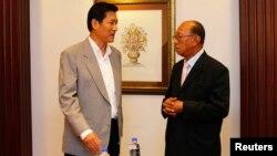 Pimpinan Dewan Keamanan Nasional Thailand Paradorn Pattanathabutr (kiri) berbincang dengan Ketua Dewan Penasehat Perdamaian Thailand Selatan, Aziz Benhawan, sebelum menggelar pembicaraan damai pertama dengan Barisan Revolusi Nasional Thailand (BRN) di Kuala Lumpur (28/3).