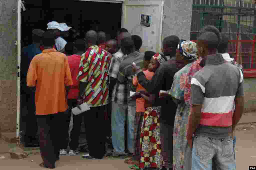 Burundi: wapiga kura wajipanga kuingia katika kituo cha kupiga kura Bwiza