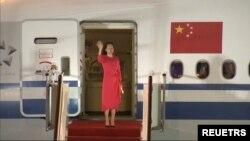멍완저우 화웨이 부회장이 25일 중국 선전공항에 도착한 직후 손을 흔들며 전세기에서 내리고 있다.