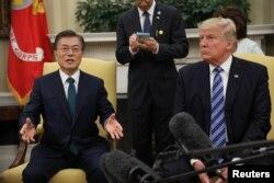 문재인 한국 대통령(왼쪽)이 30일 워싱턴 백악관에서 도널드 트럼프 미국 대통령과의 정상회담에 앞서 이번 미국 방문의 목적과 의미에 대해 설명하고 있다.