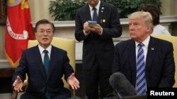 FILE - Presiden AS Donald Trump (kanan), saat bertemu dengan Presiden Korea Selatan Moon Jae-in (kiri) di Gedung Putih Washington, 30 Juni 2017.