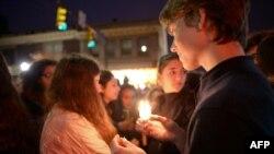 当地民众为死难者举行烛光悼念
