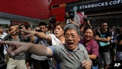 Pre-Dawn Police Raid Clears Mong Kok Area of Hong Kong