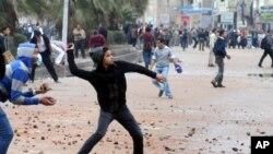 Demonstran melakukan unjuk rasa anti pemerintahan Presiden Morsi di kota Iskandariyah, Mesir (foto: dok).