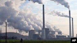 PLTU dengan bahan bakar batubara di Gelsenkirchen, Jerman (foto: dok). Penggunaan bahan bakar fosil diperkirakan berakhir dalam satu dekade mendatang.