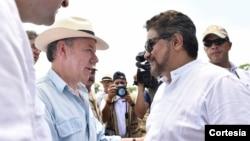 El mandatario colombiano, que firmó a finales del año pasado un acuerdo de paz con las Fuerzas Armadas Revolucionarias de Colombia (FARC), saludó a los líderes rebeldes Iván Márquez y Jesús Santrich.
