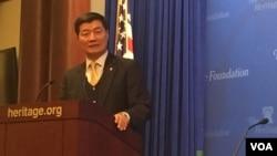 流亡藏人行政中央司政洛桑森格在华盛顿智库传统基金会发表演讲 (美国之音莫雨拍摄)