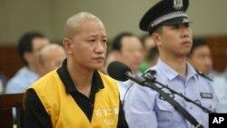 Ông Lư Duyệt Ðình bị xét xử tại tòa án Thạch Gia Trang, tỉnh Hà Bắc, 30 tháng 7, 2013.