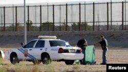 Des policiers patrouillent à la forntière américano-mexicaine après avoir trouvé le corps d'un migrant, à Ciudad Juarez, Mexique, le 25 juillet 2017.