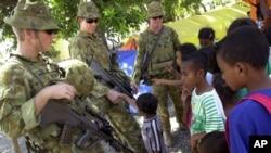 Tentara Australia berbincang dengan anak-anak Timor Leste di kamp pengungsi di Dili. (Foto: Dok)