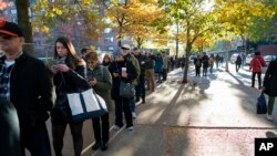 Quelques personnes attendent en ligne avant de voter à Upper West Side de Manhattan, à New York, 8 novembre 2016.