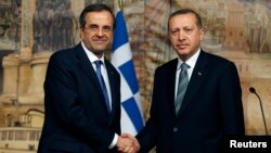 Greece's Prime Minister Antonis Samaras (L) and his Turkish counterpart Tayyip Erdogan shake hands during their meeting in Istanbul, March 4, 2013.