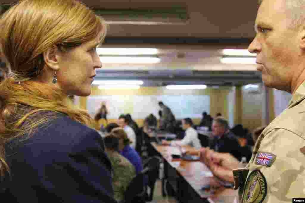 Američka ambasadorka pri Ujedinjenim nacijama, Samanta Pauer u razgovoru sa kapetanom Polom Vorvikom, koji komanduje vojnom jedinicom Centra za brzo reagovanje na ebolu u Fritaunu u Siera Leoneu. 27. oktobar, 2014.
